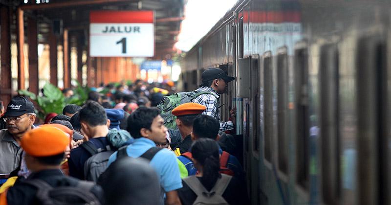 https: img.okezone.com content 2019 12 06 612 2138985 viral-perjuangan-berat-penumpang-kereta-untuk-pulang-netizen-jadi-sarden-o1Zl7jzNM4.jpg