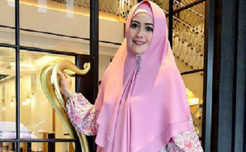 https: img.okezone.com content 2019 12 06 617 2138669 4-gaya-hijab-meggy-kiwil-perempuan-cantik-yang-minta-cerai-6s9jmxjNvr.jpg