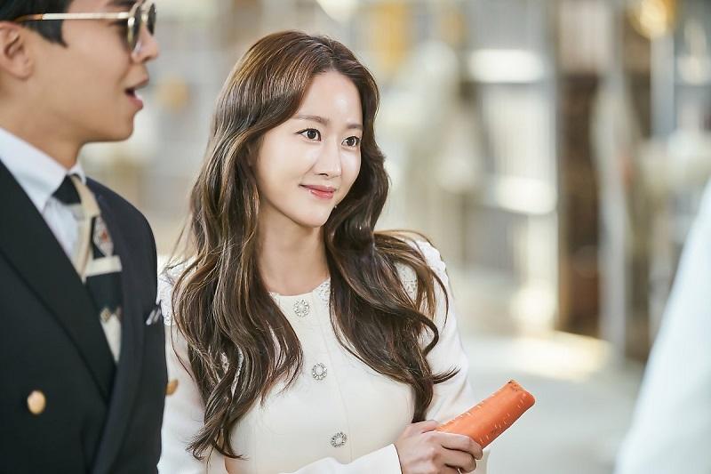 https: img.okezone.com content 2019 12 07 33 2139203 menikah-di-bali-jeon-hye-bin-tampil-sederhana-dengan-gaun-transparan-IkrjsB8mch.jpg