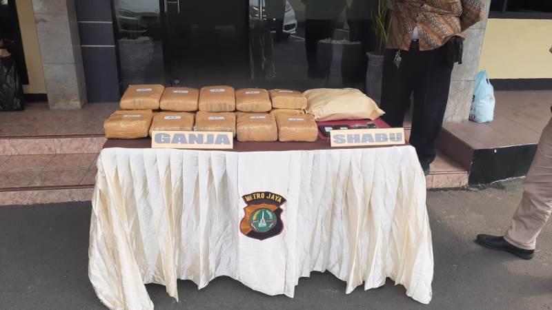 https: img.okezone.com content 2019 12 07 338 2139079 bandar-dan-pengedar-narkoba-di-depok-ditangkap-18-kg-ganja-disita-aFraoB04Wx.jpg