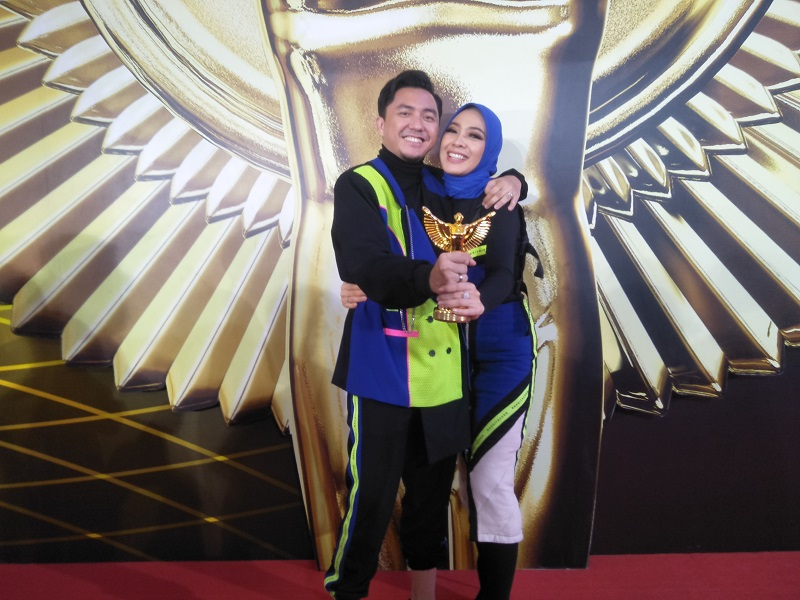 https: img.okezone.com content 2019 12 07 598 2139029 jadi-host-the-voice-indonesia-omesh-menang-panasonic-gobel-awards-2019-VTeHcPcf6a.jpg