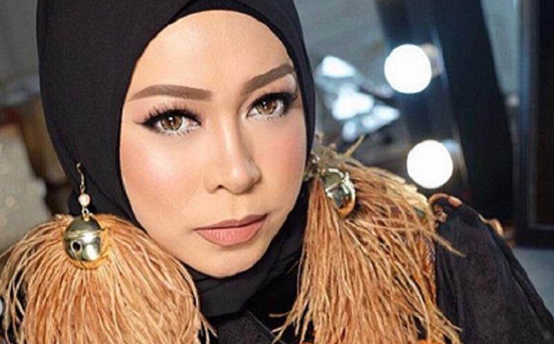 https: img.okezone.com content 2019 12 07 617 2139104 4-pesona-gaya-hijab-melly-goeslaw-yang-unik-dan-lucu-BuuAVMCzxv.jpg