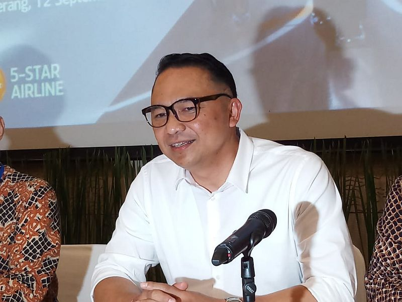 https: img.okezone.com content 2019 12 08 320 2139427 viral-video-ari-akhsara-sesumbar-takkan-mundur-dari-kursi-dirut-garuda-indonesia-6rAKYtrVuo.jpg