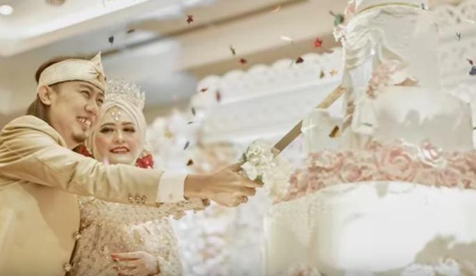 https: img.okezone.com content 2019 12 08 33 2139311 jelang-setahun-tragedi-tsunami-banten-ade-jigo-resmi-menikah-lagi-WGOUdyB2gT.JPG