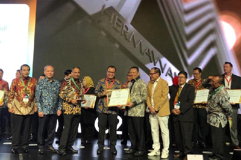 https: img.okezone.com content 2019 12 09 320 2139830 dirut-angkasa-pura-i-faik-fahmi-raih-penghargaan-the-best-industry-marketing-champion-2019-LpvJNNZxx8.jpg