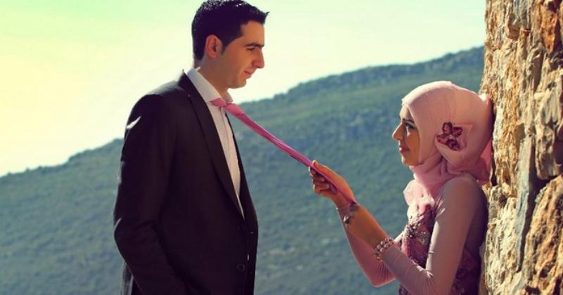 https: img.okezone.com content 2019 12 09 330 2139561 mencium-istri-di-depan-umum-bagaimana-hukumnya-dalam-islam-EFL7qBfbhE.jpg