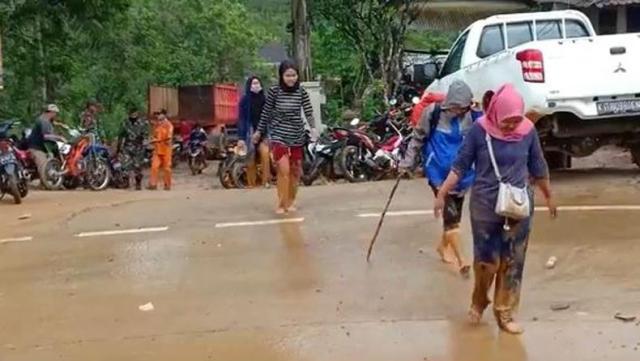 https: img.okezone.com content 2019 12 09 340 2139568 puluhan-mahasiswa-terjebak-banjir-bandang-dan-tanah-longsor-di-lebak-O5n88ETYWv.jpg