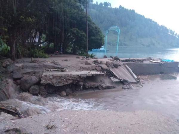 https: img.okezone.com content 2019 12 09 608 2139611 banjir-bandang-rusak-jembatan-dan-pelabuhan-di-samosir-Ox3DElCwBr.jpg