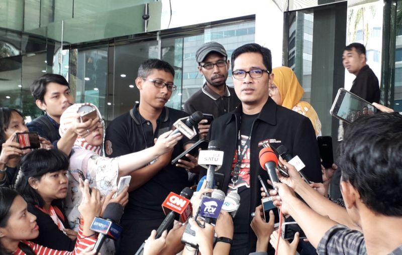 https: img.okezone.com content 2019 12 10 337 2140163 kpk-geledah-bank-perkreditan-rakyat-indramayu-terkait-kasus-suap-proyek-JMzpmQi6Ho.jpg