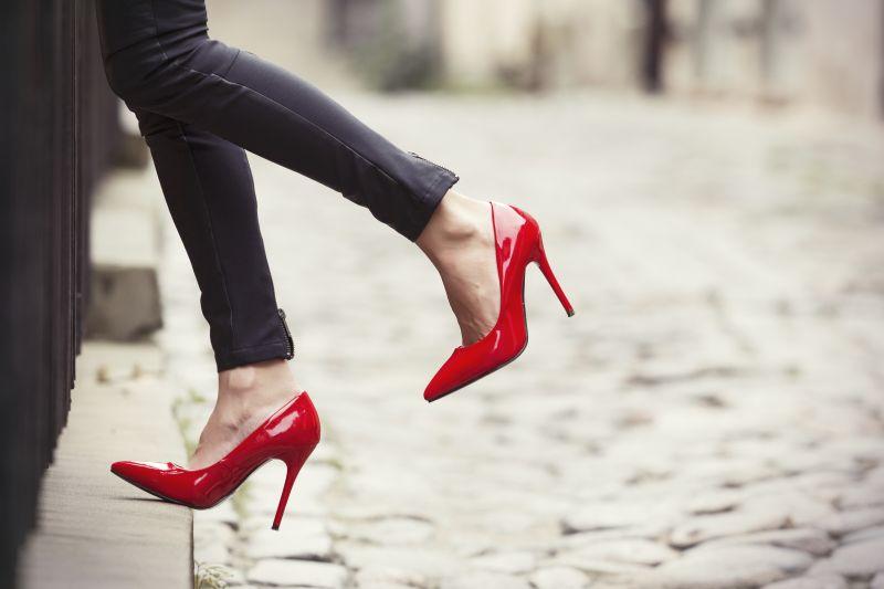 https: img.okezone.com content 2019 12 11 194 2140635 7-model-sepatu-wanita-yang-bakal-tren-tahun-depan-bisa-dicoba-nih-yNXgCQ5vRt.jpg