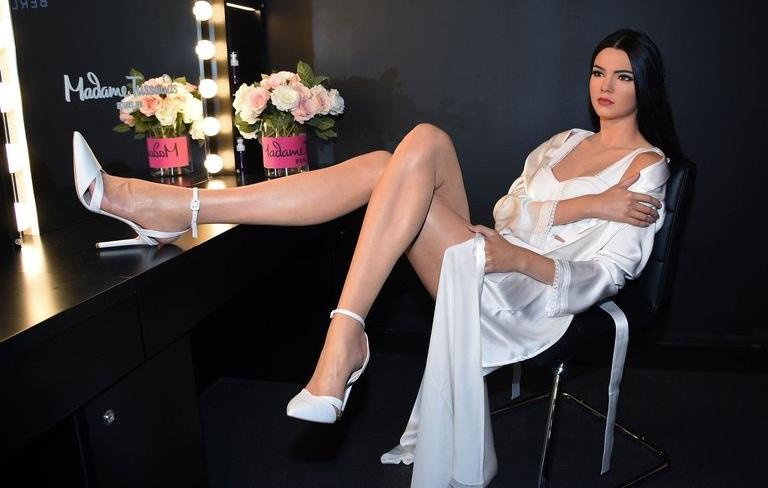 https: img.okezone.com content 2019 12 11 194 2140795 patung-lilin-kendall-jenner-di-madame-tussauds-jerman-dinilai-tak-mirip-aslinya-lTOm0HtbyK.jpg