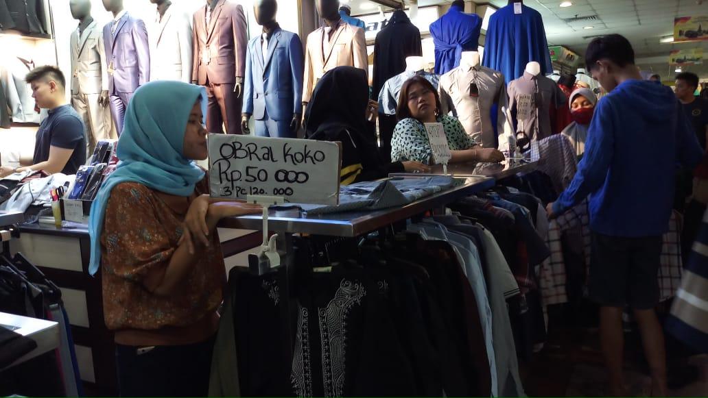 https: img.okezone.com content 2019 12 11 320 2140548 kepala-bkpm-sulit-cari-produk-tekstil-made-in-indonesia-di-tanah-abang-S6uKwanvEg.jpg