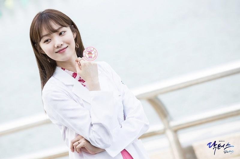 https: img.okezone.com content 2019 12 11 33 2140803 aksi-lee-sung-kyung-jadi-dokter-dalam-romantic-doctor-kim-2-Acu23khdBh.jpg