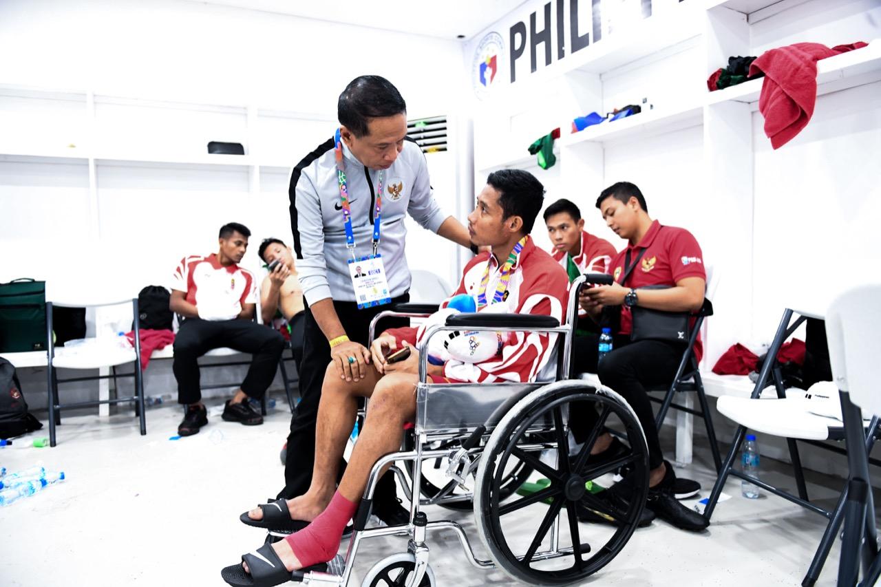 https: img.okezone.com content 2019 12 11 51 2140419 evan-dimas-terpaksa-gunakan-kursi-roda-di-upacara-pengalungan-medali-sea-games-2019-i8CrY8tQQe.jpg