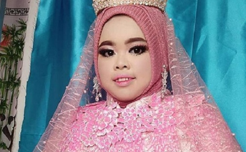 https: img.okezone.com content 2019 12 11 617 2140622 4-gaya-hijab-youtuber-rahmawati-kekeyi-simak-yuk-3nGN2U0fWT.jpg
