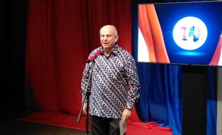 https: img.okezone.com content 2019 12 12 18 2140942 dubes-as-puji-batik-sebagai-contoh-kolaborasi-indonesia-dan-amerika-3OQkdSl6db.jpeg