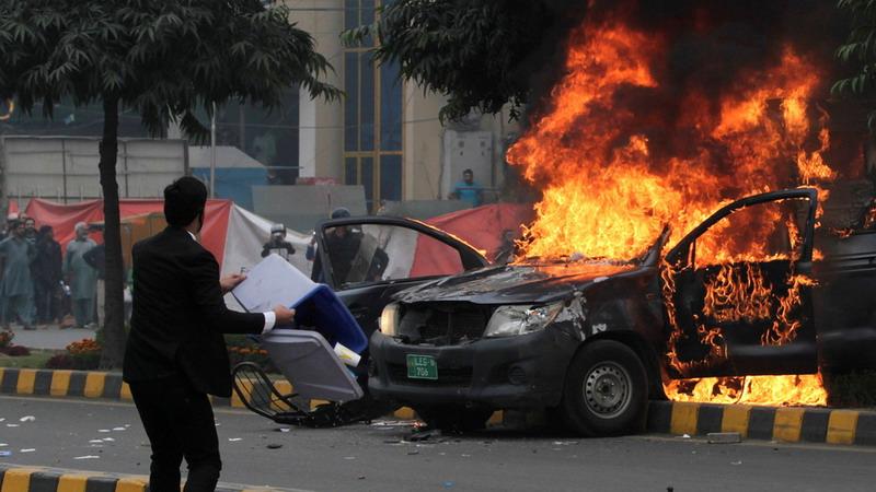 https: img.okezone.com content 2019 12 12 18 2141068 gerombolan-pengacara-serbu-rumah-sakit-di-pakistan-sebabkan-sedikitnya-3-korban-tewas-MOX4eSJlxU.jpg