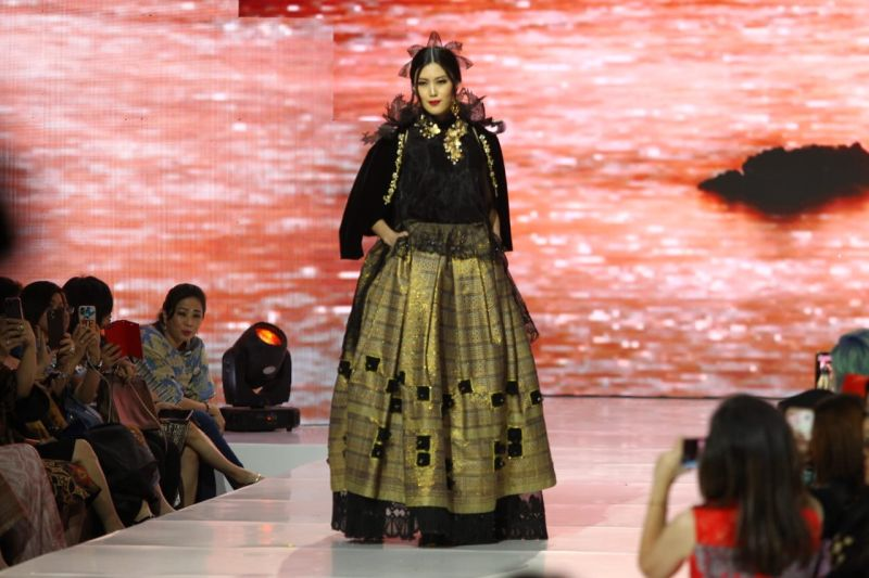 https: img.okezone.com content 2019 12 12 194 2140957 tampilkan-tenun-lombok-liliana-tanoesoedibjo-pukau-iff-the-masterpiece-2019-izlpQZprJJ.jpg