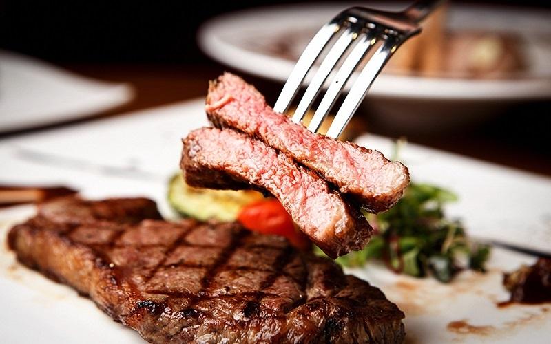 https: img.okezone.com content 2019 12 12 298 2141264 kelihatannya-mudah-ini-kesalahan-saat-masak-dan-makan-steak-OUK09ZBQRy.jpg