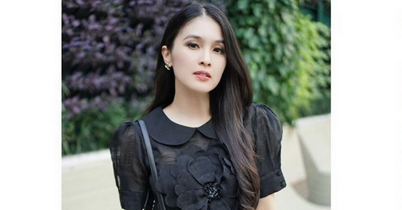 https: img.okezone.com content 2019 12 12 33 2141161 3-tahun-menikah-sandra-dewi-tak-pernah-minta-uang-suami-brXYgT32OL.jpg