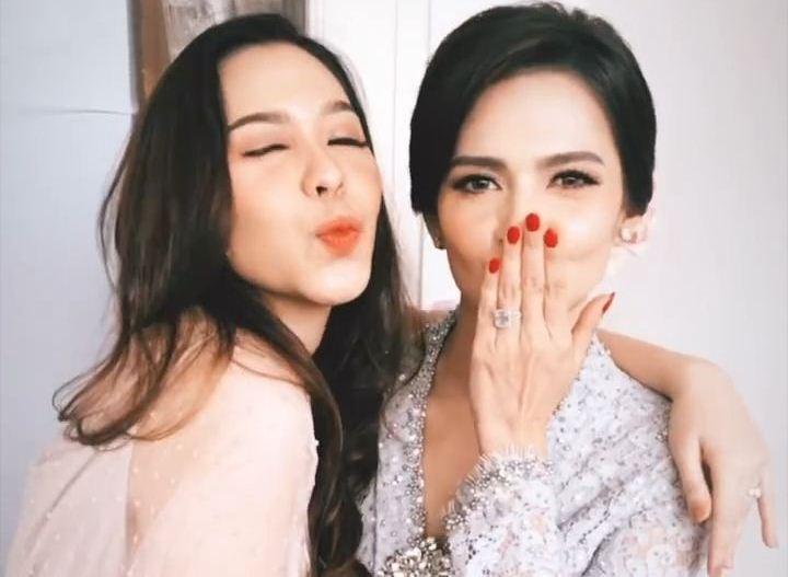https: img.okezone.com content 2019 12 12 33 2141238 resmi-menikah-dengan-richard-kevin-intip-penampilan-cantik-cut-tari-GsJXxapTrG.jpg