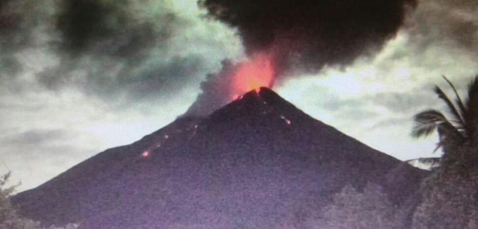 https: img.okezone.com content 2019 12 12 340 2140883 aktivitas-guguran-lava-pijar-dan-gempa-gunung-karangetang-masih-tinggi-EVEXr9s4uI.jpg