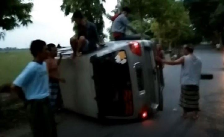 https: img.okezone.com content 2019 12 12 340 2140952 minibus-tabrak-pohon-hingga-terguling-sopir-diduga-mabuk-F6XmmXbuKH.JPG