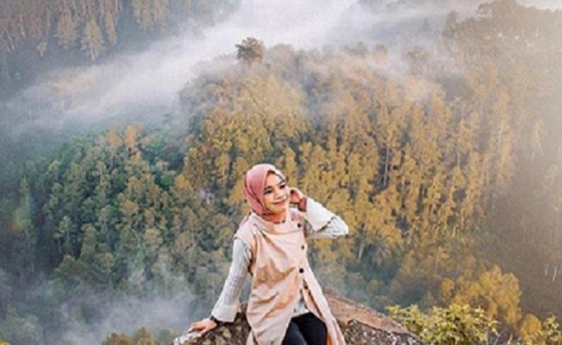 https: img.okezone.com content 2019 12 12 617 2140978 4-gaya-hijab-yang-cocok-dikenakan-untuk-tamasya-12RpA2goWi.jpg