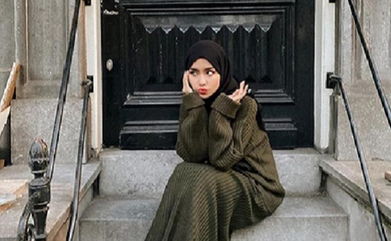 https: img.okezone.com content 2019 12 13 617 2141421 4-gaya-hijab-yang-cocok-dikenakan-saat-musim-hujan-YJsgzPtSw9.jpg