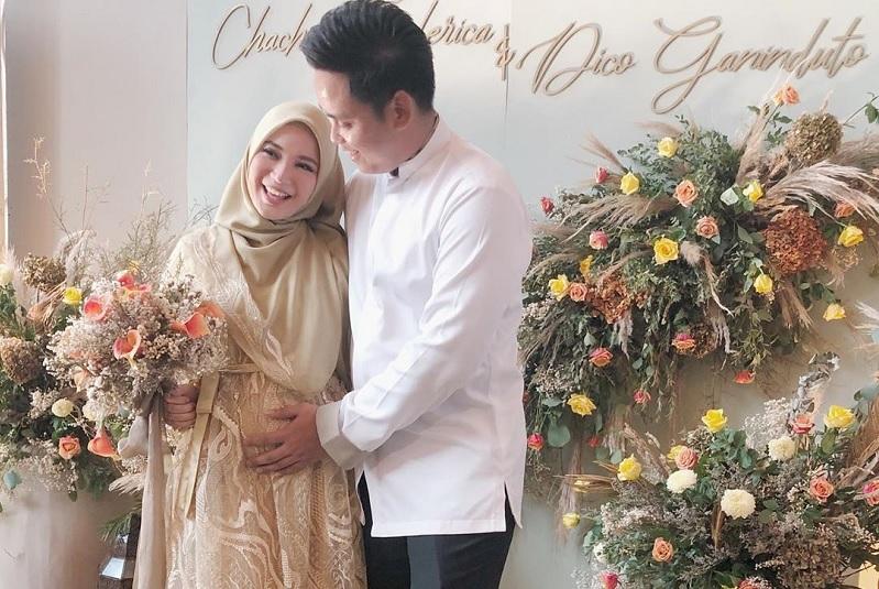 https: img.okezone.com content 2019 12 14 33 2142019 hamil-anak-pertama-chacha-frederica-hadiah-ulang-tahun-ke-4-pernikahan-p3KwzxEilC.jpg