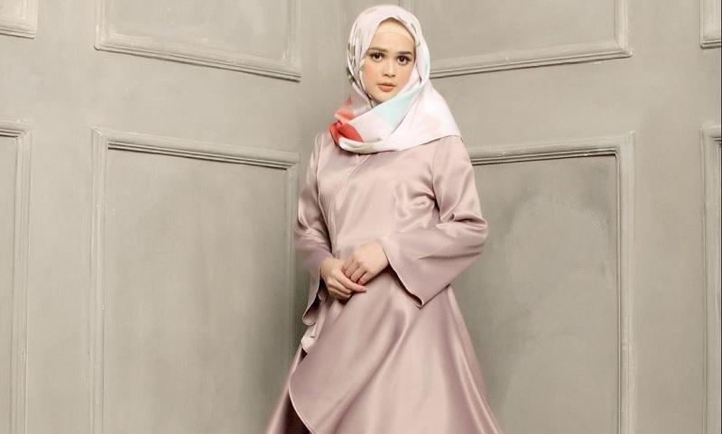 https: img.okezone.com content 2019 12 14 617 2141969 bisa-jadi-inspirasi-ini-4-tampilan-long-dress-ala-cut-meyriska-zIB09DwPbE.jpg