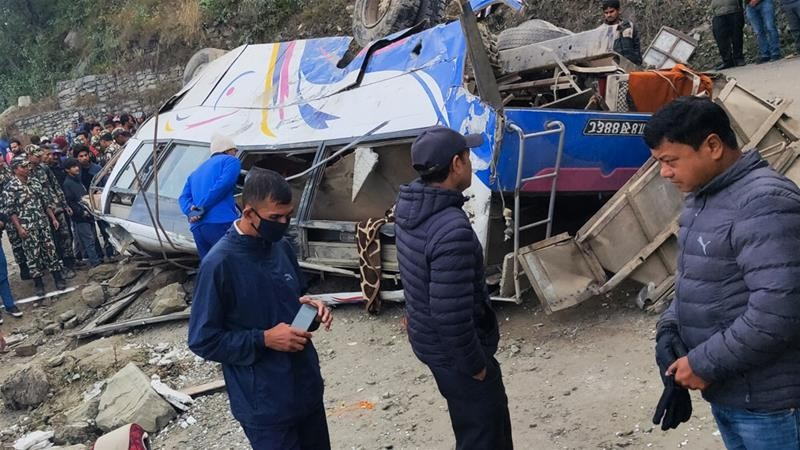 https: img.okezone.com content 2019 12 15 18 2142192 14-orang-tewas-akibat-bus-jatuh-ke-jurang-di-nepal-o5tBwl0J5T.jpg