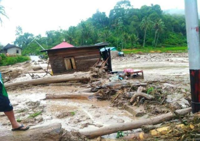 https: img.okezone.com content 2019 12 15 340 2142127 korban-banjir-bandang-solok-selatan-krisis-air-bersih-warga-manfaatkan-air-hujan-Cl8l0T0wbK.jpg