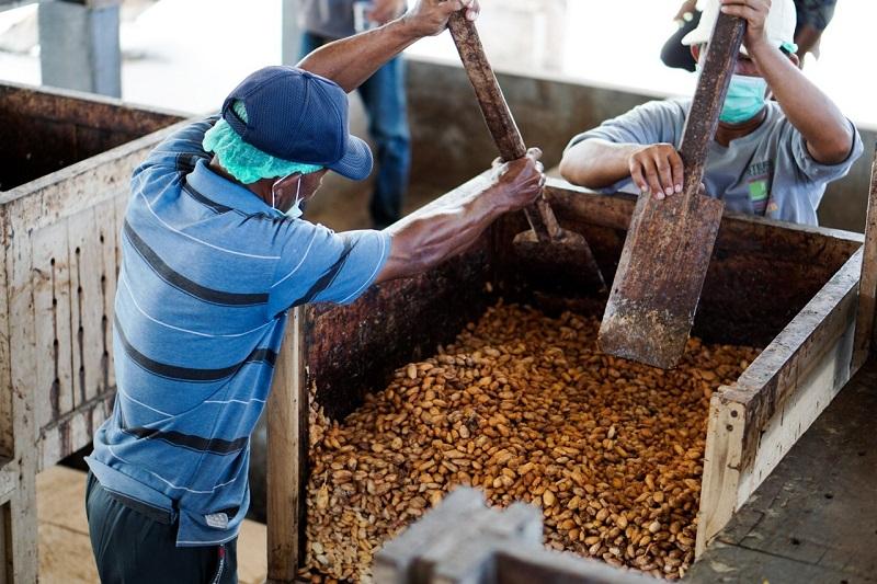 https: img.okezone.com content 2019 12 16 337 2142540 fasilitasi-petani-kakao-bea-cukai-bali-nusra-serahkan-sertifikat-fasilitas-kite-ikm-eBNeGP8a4w.jpg