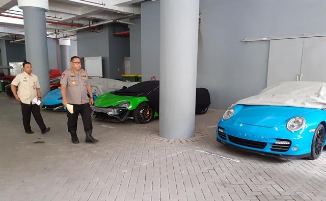 https: img.okezone.com content 2019 12 16 519 2142379 mobil-mewah-yang-disita-polda-jatim-bertambah-jadi-14-unit-aqNzxpYvgO.jpg
