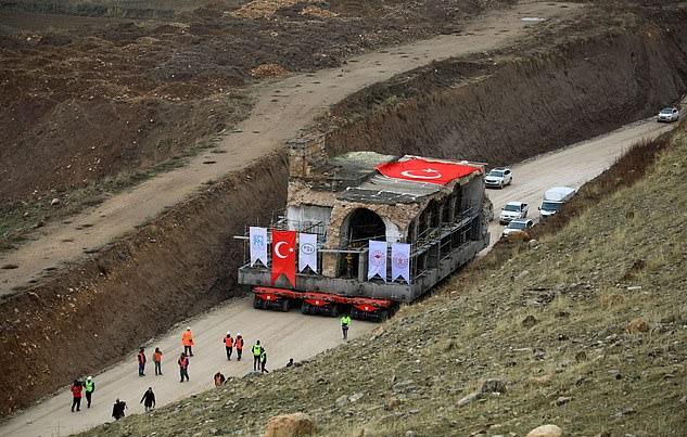 https: img.okezone.com content 2019 12 17 18 2143091 masjid-berusia-enam-abad-di-turki-diangkut-empat-kilometer-demi-hindari-banjir-5xJD5FXCF8.jpg