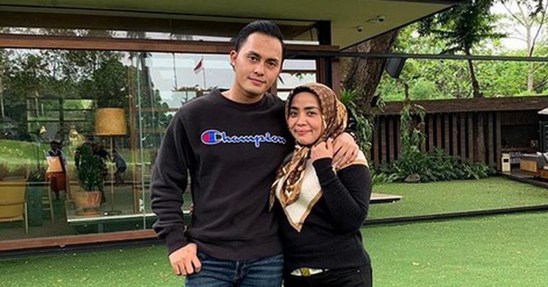 https: img.okezone.com content 2019 12 17 33 2142960 muzdalifah-dan-suami-foto-bareng-nia-ramadhani-netizen-gemas-ukRQwz6ZyF.jpg