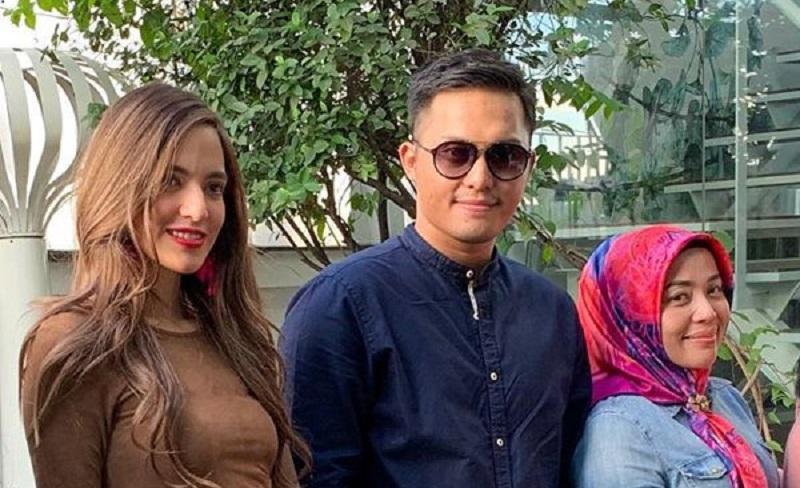 https: img.okezone.com content 2019 12 17 33 2143037 foto-bareng-suami-muzdalifah-disebut-lebih-cocok-dengan-nia-ramadhani-yPxo7f9Tbp.jpg