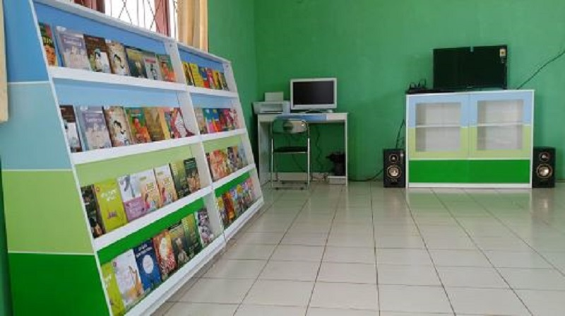 https: img.okezone.com content 2019 12 17 337 2142788 angkasa-pura-i-bandara-el-tari-revitalisasi-perpustakaan-smpn-11-kupang-uWsuCVLUb2.JPG