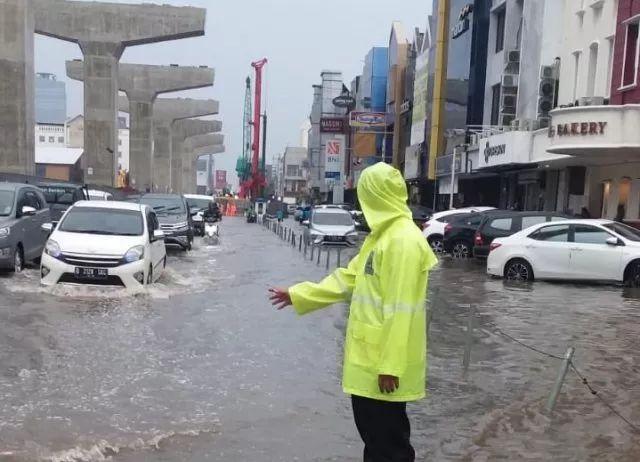 https: img.okezone.com content 2019 12 17 338 2143147 banjir-jakarta-hari-ini-harus-jadi-alarm-bagi-pemprov-dki-WglyVNp5Jz.jpg