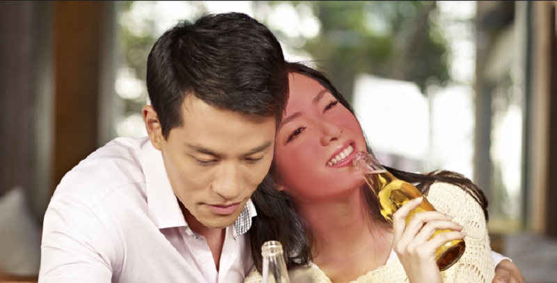 https: img.okezone.com content 2019 12 17 481 2142795 minum-alkohol-wajah-memerah-waspada-ada-kerusakan-saraf-tOXlvwf06r.jpg