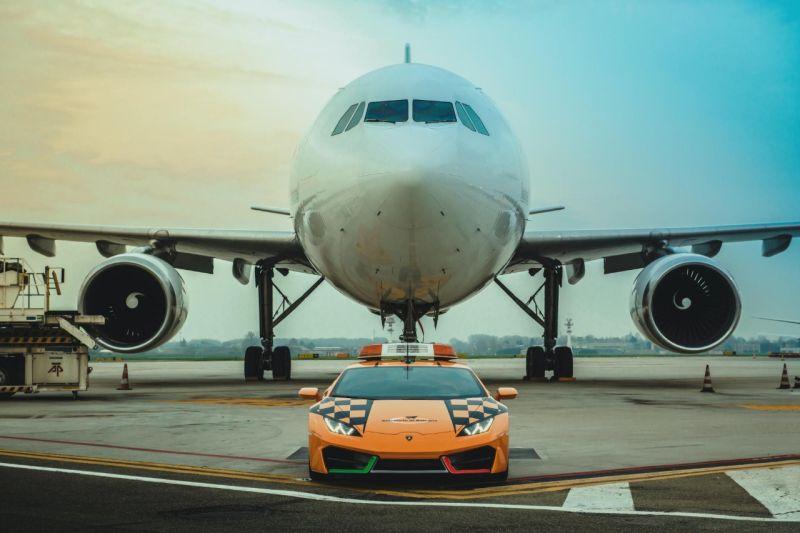 https: img.okezone.com content 2019 12 17 52 2142986 bandara-ini-gunakan-lamborghini-huracan-untuk-jadi-juru-parkir-pesawat-KB7ArL3tfu.jpg