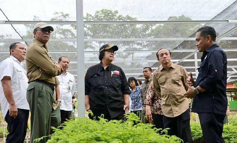 https: img.okezone.com content 2019 12 18 337 2143252 pemindahan-ibu-kota-menteri-siti-indonesia-serius-dalam-pemulihan-lingkungan-W1hJD6WYve.jpg