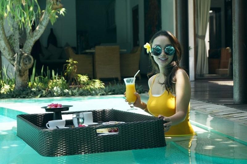 https: img.okezone.com content 2019 12 18 406 2143277 intip-liburan-zaskia-gotik-di-bali-seksi-pakai-baju-renang-kuning-zsvYKKc8RY.jpg