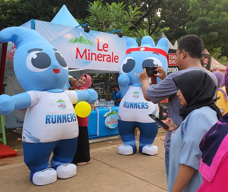 https: img.okezone.com content 2019 12 18 426 2143522 le-minerale-dukung-festival-gerakan-warung-nasional-GAtwMWdKXF.jpg