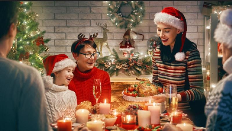 https: img.okezone.com content 2019 12 19 196 2143855 nuansa-gold-pada-dekorasi-meja-makan-bikin-perayaan-natal-lebih-istimewa-2acgj22pw1.jpeg