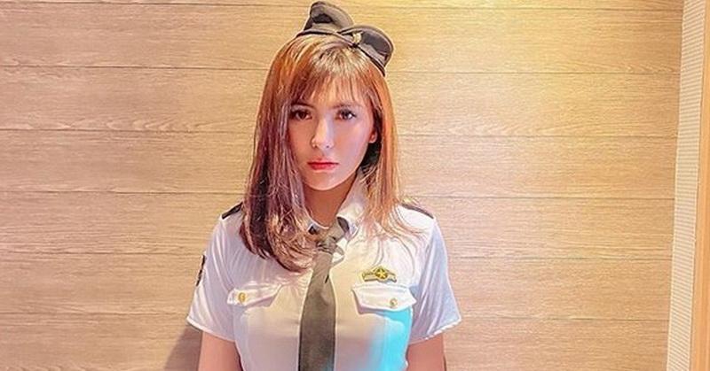 https: img.okezone.com content 2019 12 19 33 2143824 angela-lee-seksi-berseragam-pilot-netizen-mau-jadi-dasinya-Uu4k3WTRqs.jpg