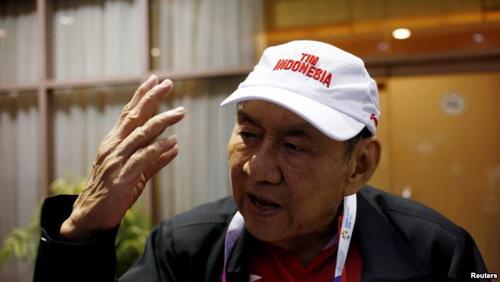 https: img.okezone.com content 2019 12 20 320 2144190 viral-foto-mirip-bos-djarum-sang-miliarder-indonesia-makan-tahu-di-warung-jteqt4b2gu.jpg