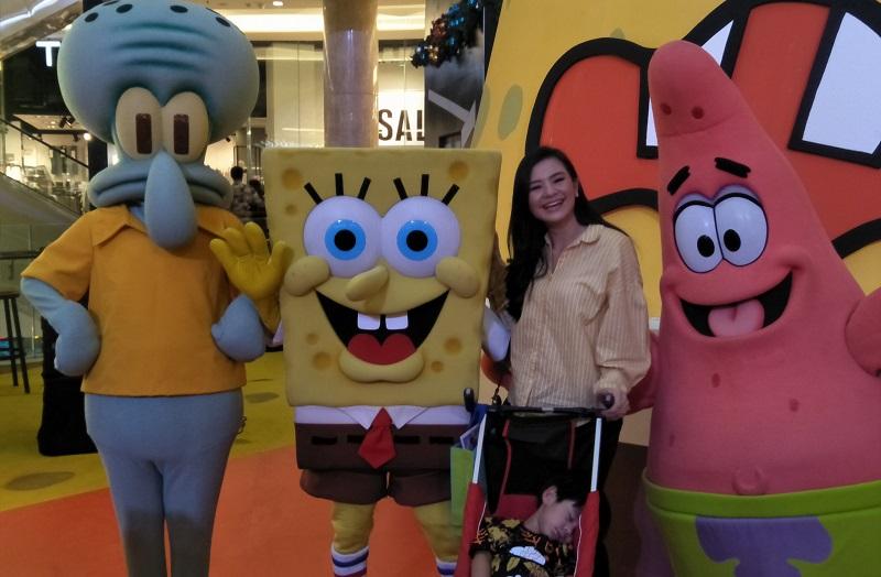 https: img.okezone.com content 2019 12 20 33 2144446 antusias-eriska-rein-ajak-anak-di-meet-and-greet-spongebob-squarepants-QPzobFhnlG.jpg