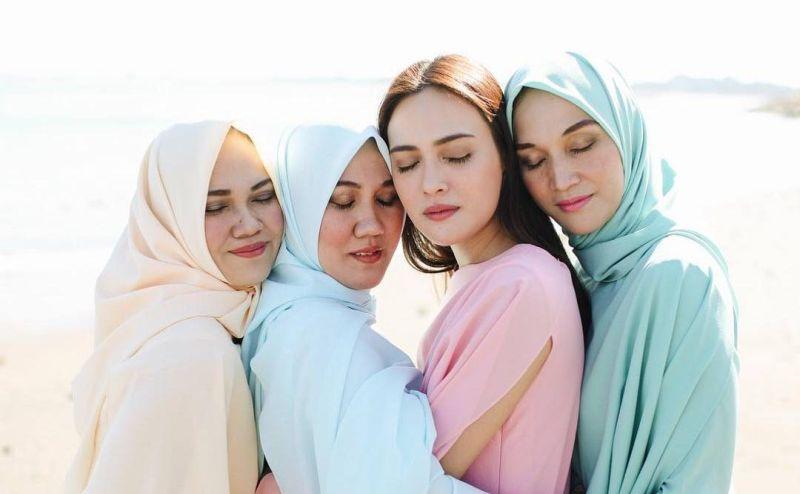https: img.okezone.com content 2019 12 20 33 2144461 beda-agama-4-artis-ini-harmonis-rayakan-natal-bersama-keluarga-kZJMmIOu6d.jpg